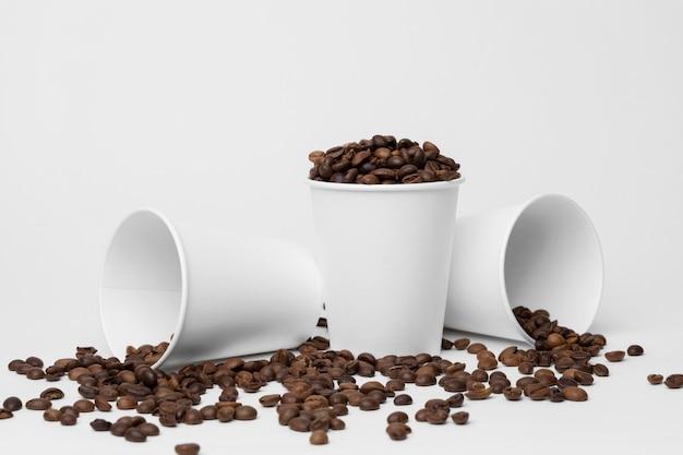 Copos de café com arranjo de grãos de café