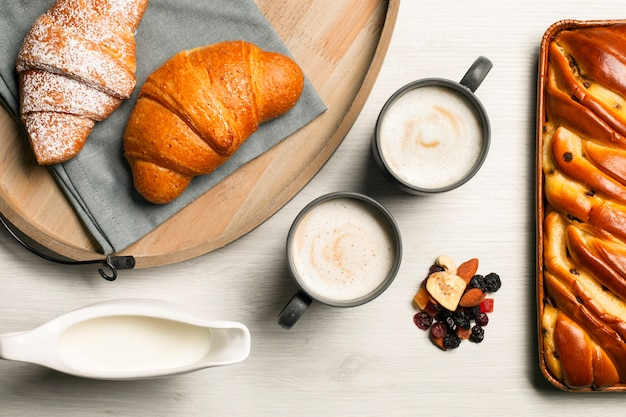 Copos de café com croissants