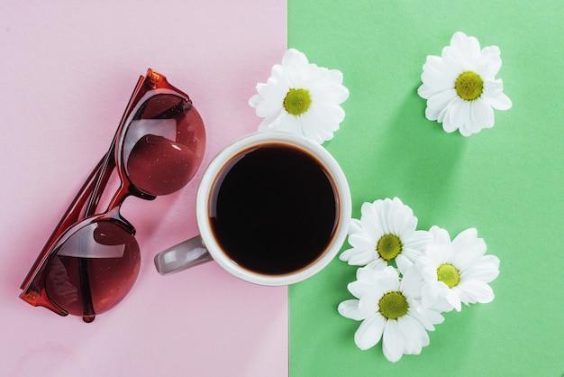 Copos de café e flores brancas