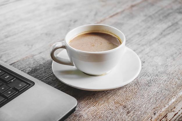 Copos de café e laptops na mesa
