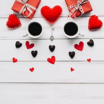 Copos de café e presentes para o dia dos namorados