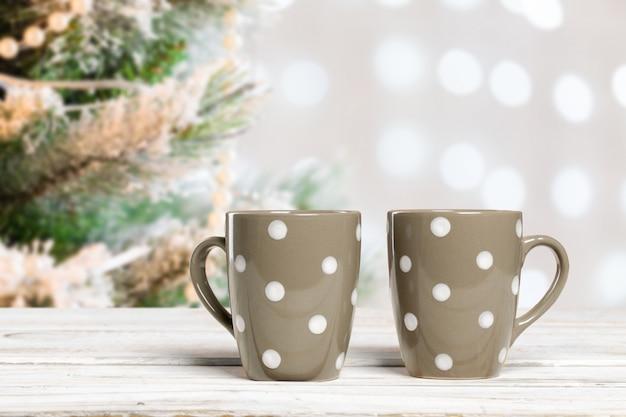Copos de café na mesa de madeira