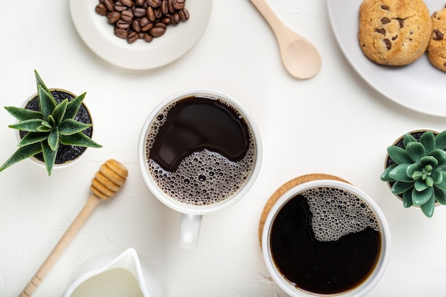 Copos de café plana leigos com plantas