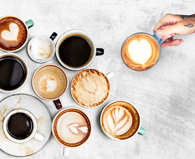 Copos de café variados em um plano de fundo texturizado