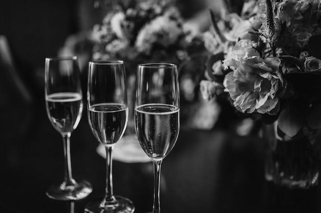 Copos de casamento e um buquê da noiva