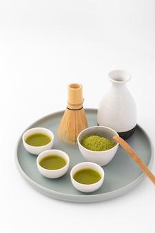 Copos de cerâmica com chá matcha em uma bandeja
