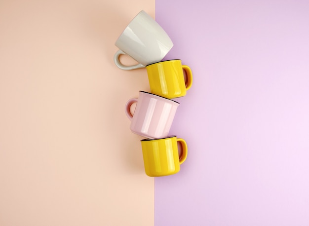 Copos de cerâmica multi-coloridas com um identificador em um fundo abstrato pastel