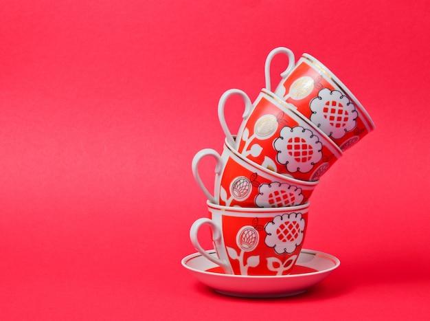 Copos de cerâmica retrô isolados em vermelho