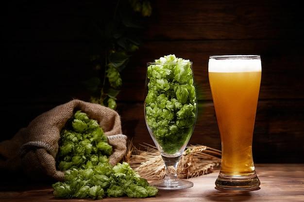 Copos de cerveja em uma mesa de madeira. oktoberfest