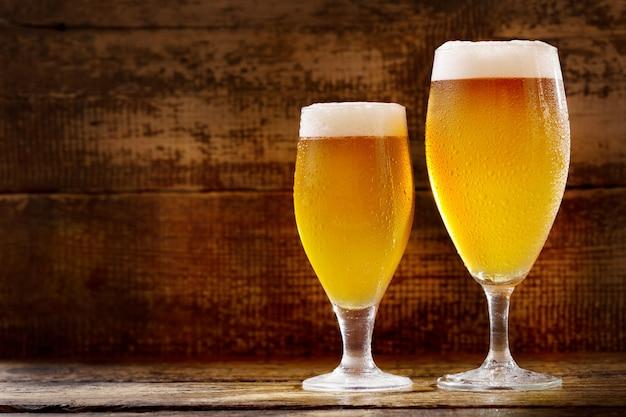 Copos de cerveja em uma mesa de madeira