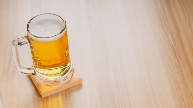 Copos de cerveja light, cerveja gelada artesanal em copo na mesa de madeira