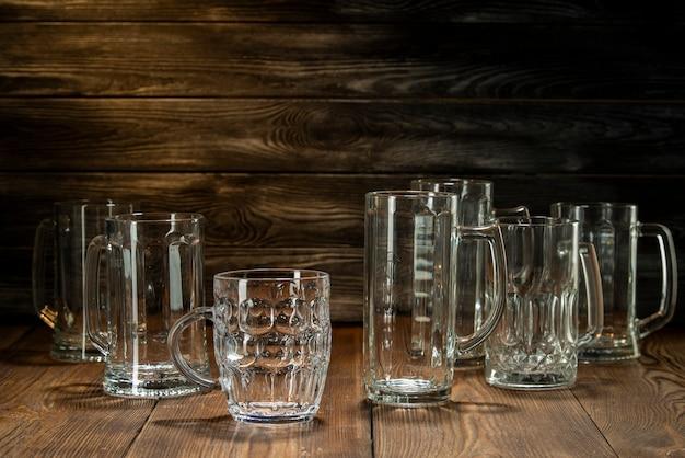 Copos de cerveja limpos na mesa, copos no bar