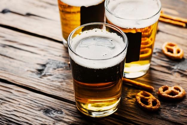 Copos de cerveja loira