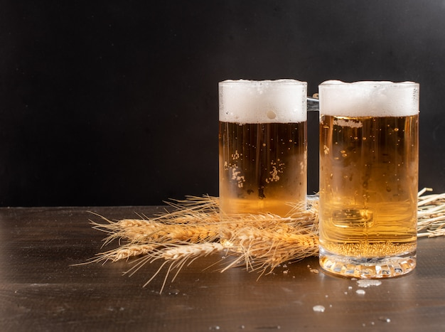 Copos de cerveja na mesa de madeira