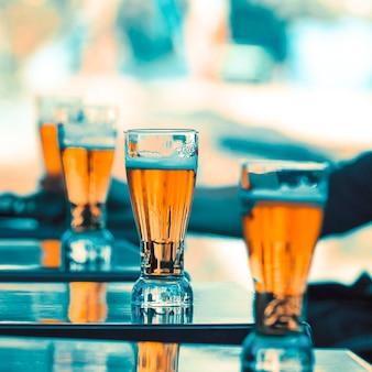 Copos de cerveja na mesa de um restaurante