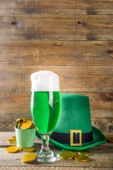 Copos de cerveja verde para a festa do dia de são patrício