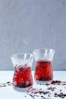 Copos de chá de hibisco