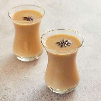 Copos de chá indiano tradicional masala chai com especiarias