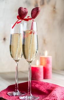 Copos de champanhe à luz de velas no dia dos namorados