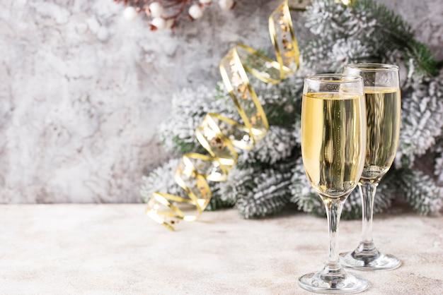 Copos de champanhe, bebida tradicional de ano novo