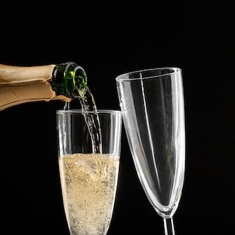 Copos de champanhe com a garrafa