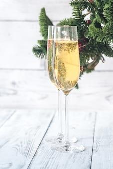 Copos de champanhe com árvore de natal