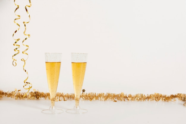 Copos de champanhe com espaço de cópia