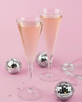Copos de champanhe com globos de prata