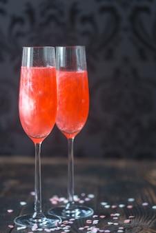Copos de champanhe coquetel com corações de doces