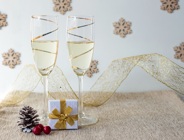 Copos de champanhe de decoração de natal e decoração de ouro