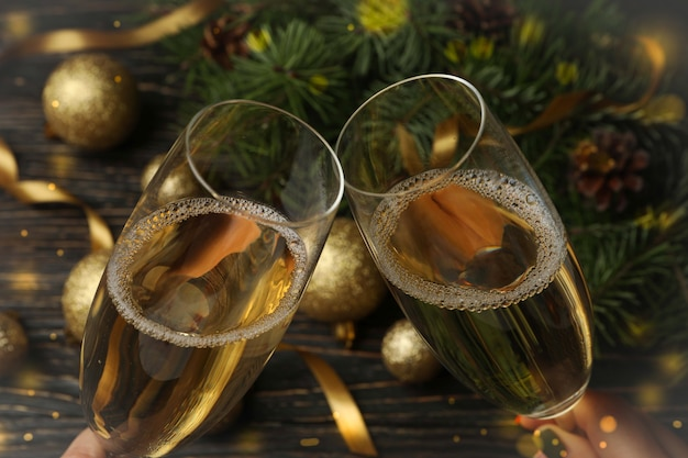 Copos de champanhe e acessórios de ano novo na mesa de madeira