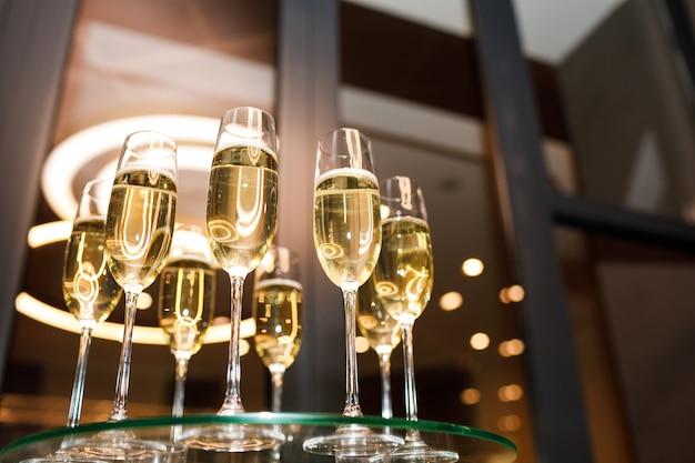 Copos de champanhe em uma mesa de vidro