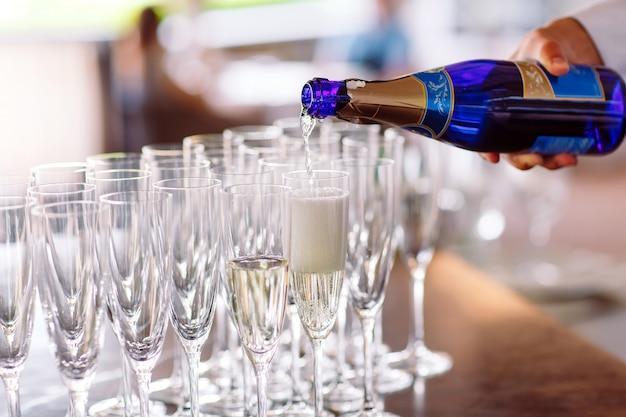 Copos de champanhe em uma mesa.
