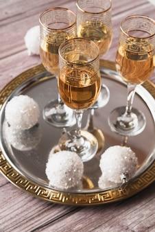 Copos de champanhe espumante de close-up