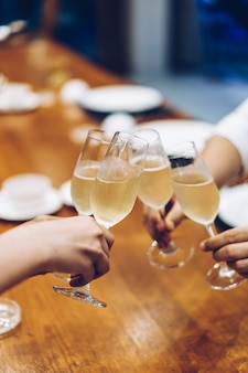 Copos de champanhe espumante de festa corporativa