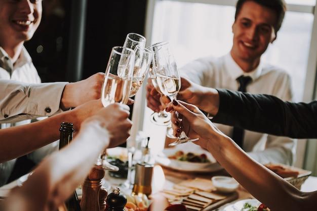 Copos de champanhe jovem empresa clink na festa
