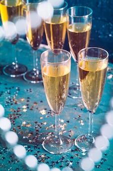 Copos de champanhe na mesa