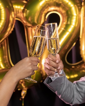 Copos de champanhe, sendo realizada nas mãos