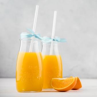 Copos de close-up de suco de laranja caseiro