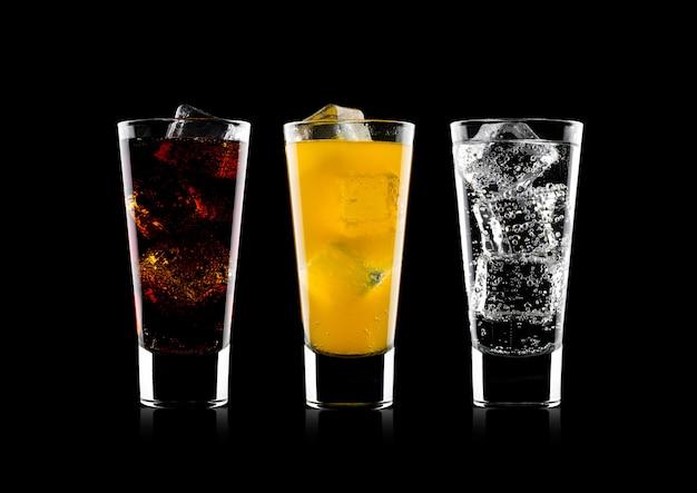 Copos de coca-cola e refrigerante de laranja bebem e limonada