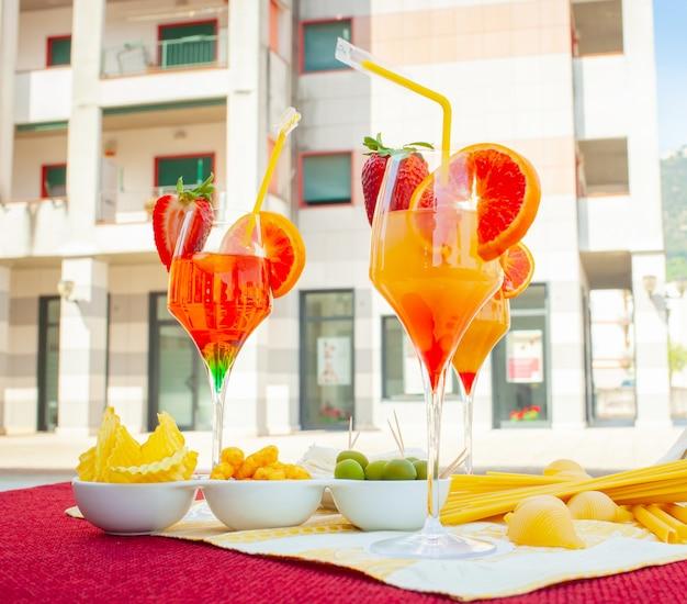 Copos de cocktails na mesa no exterior.
