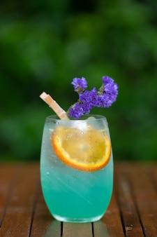 Copos de cocktails no bar