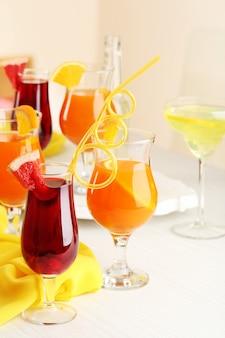 Copos de coquetéis de frutas em close-up da festa