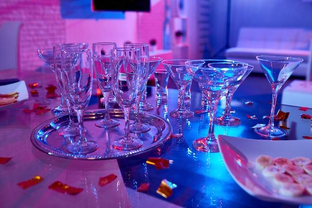 Copos de coquetel na mesa de festa