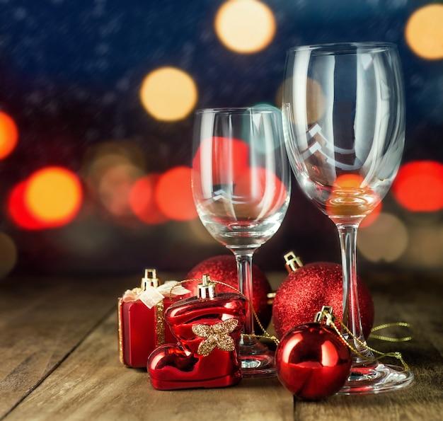 Copos de cristal com decoração de natal. conceito de festa de natal.