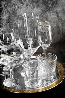 Copos de cristal vazios com fundo de mármore