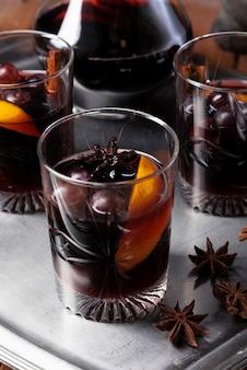 Copos de degustação de vinhos com laranja