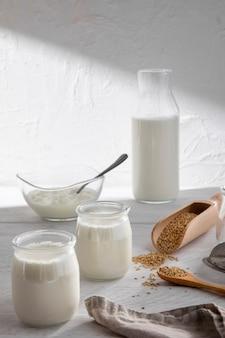 Copos de leite de ângulo alto e garrafa