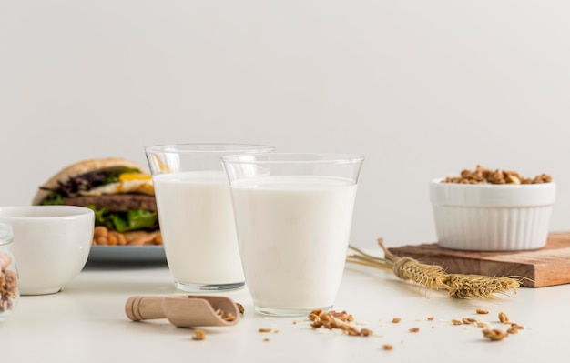 Copos de leite prontos para serem servidos