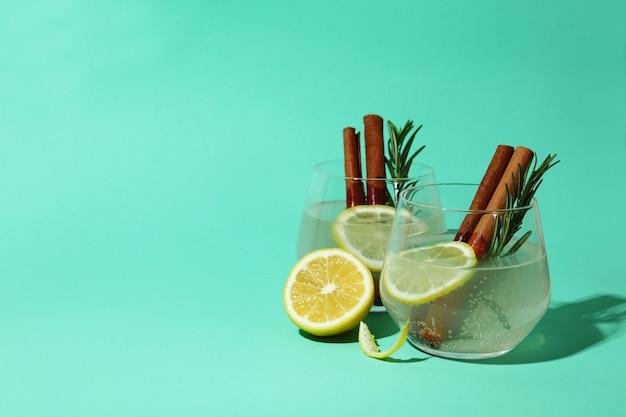 Copos de limonada com canela e alecrim na superfície de hortelã